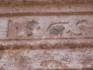 Dintel en el exterior de una de las capillas