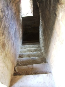 Escalera de acceso a la cripta