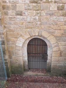 Portada en el centro del muro norte