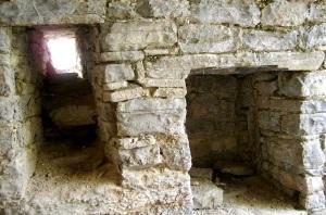 Ventana y nicho en el presbiterio