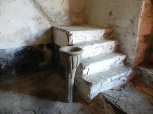 Pila benditera y restos de la escalera al coro