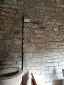 Restos de pilastra en el muro norte