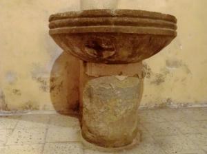 Pila bautismal usada como benditera