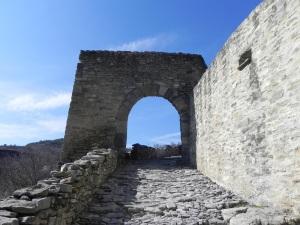 Portal de acceso al recinto inferior