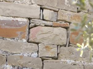 Ventana cruciforme tabicada en muro oeste
