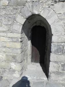 Puerta bajo la torre-campanario