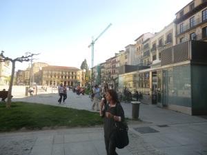 mposible empezar en mejor lugar que la Plaza del Castillo.