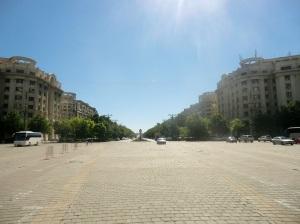 Bucarest. Plaza y avenida frente al Parlamento