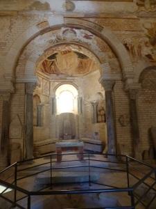 Poitiers. Batisterio de San Juan. Piscina bautismal y ábside al este
