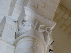 Saintes. San Eutrope. Capitel con sirenas-pez