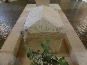 Saintes. San Eutrope. Cripta. Sepulcro del santo.