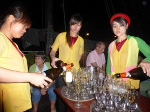 501. Bahía de Halong. Último trago del día