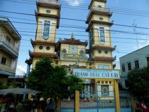 1060. Hacia el delta del Mekong. Templo de la secta Cao Dai