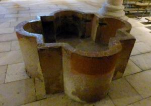 083. Espira. Catedral. Cripta. pila bautismal
