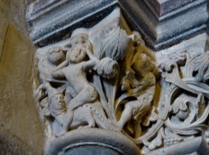 Capitel en puerta sur