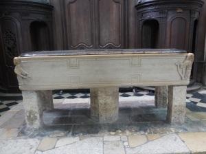 410. Amiens. Catedral. Recipiente para lavar a los muertos usado como pila bautismal