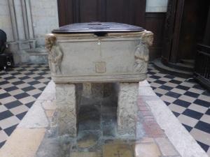 411. Amiens. Catedral. Recipiente para lavar a los muertos usado como pila bautismal