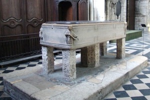 412. Amiens. Catedral. Recipiente para lavar a los muertos usado como pila bautismal