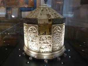 544. Sens. Museo-tesoro del palacio synodal. Cofre usado como relicario. Tal vez procede de Bizancio. XII