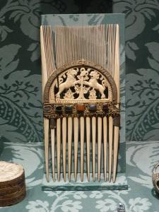 550. Sens. Museo-tesoro del palacio synodal. peine de San Lupo