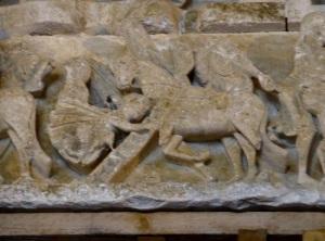 P1150326. Tímpano portal central. Dintel. Pigmeos