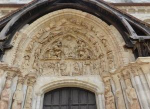 P1160037Portal norte 2. Cristo y tetramorfos. En el dintel transporte de las reliquias de San Esteban