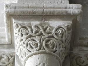 Capitel 2 decoración vegetal en ábside central