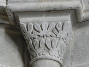 Capitel 3 decoración vegetal ábside central