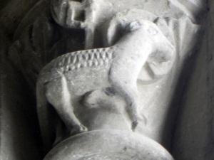 Capitel con Agnus Dei