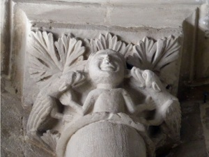 Capitel con hombre al que monstruos le muerden (o lamen) las orejas 2
