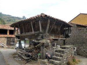 139. Hórreos en aldea cercana a Narzana