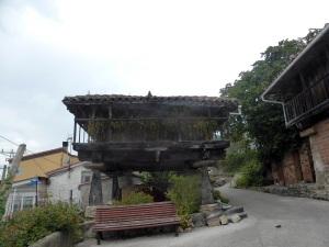 140. Hórreos en aldea cercana a Narzana
