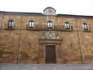168. Oviedo. Puerta de la Limosna