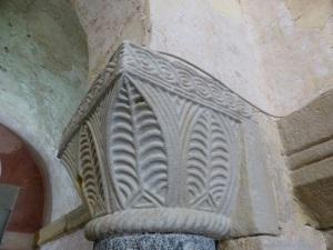 P1180008. capitel en arco de acceso al ábside central