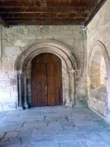 Puerta de acceso a la iglesia desde el claustro