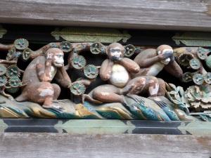 790. Nikko. Santuario Toshogu. Establo. Tres monos dicen a sus hijos que no escuchen, digan ni vean nada malo