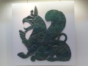 192. Olimpia. Museo. Placa de bronce con grifo amamantando a su cría. Taller corintio. 630-620 BC