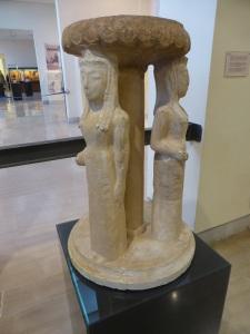 320. Delfos. Museo.Perirrhanterion sostenido por tres korés. Principios del VI