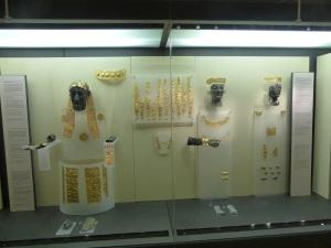 331. Delfos. Museo. Cabezas criselefantinas de apolo y Artemisa y joyas