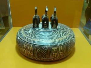 555. Atenas. Ágora. Stoa de Atalos. Píxide último período geométrico. 725-700 aC