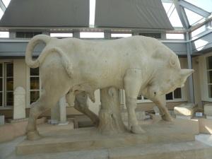 575. Atenas. El Keramikon. Museo. Toro procedente de una tumba