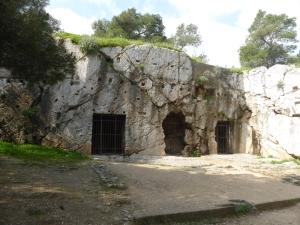 664. Atenas. Subiendo a la colina de Filopapo. Prisión de Sócrates