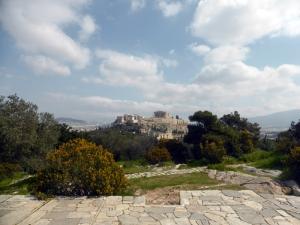 687. Atenas. Bajando de la colina de Filopapo