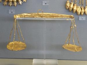 709. Atenas. Museo Arqueológico Nacional. Balanzas micénicas de oro relacionadas con el pesaje de las almas. Círculo tumbas A. XVI aC