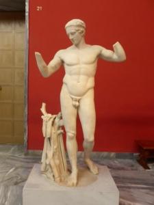 727. Atenas. Museo Arqueológico Nacional. Diadumeno. Copia en mármol del original en bronce de Policleto (desaparecido) del V aC