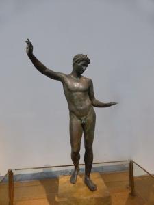 735. Atenas. Museo Arqueológico Nacional. Bronce de joven atleta. hallado en Maratón. Asociado con la escuera de Praxíteles. 340-330 aC
