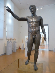 737. Atenas. Museo Arqueológico Nacional. Estatua de bronce de joven procedente del naufragio de Anthikythera. H. 340-330 AC.
