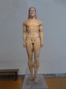751. Atenas. Museo Arqueológico Nacional.Kouros encontrado en Anavyssos. 540 aC
