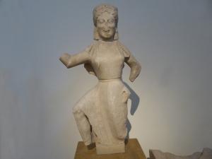 752. Atenas. Museo Arqueológico Nacional. Niké hallada en Delos. 550 aC