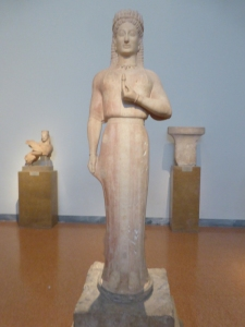 756. Atenas. Museo Arqueológico Nacional. Koré hallada en Merenda (antigua Myrrhinous). Obra de Aristion de Paros. 550-540 aC